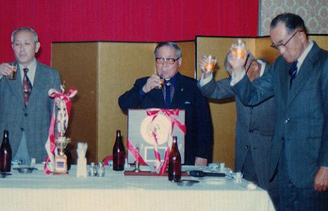 祝賀会で乾杯する辻会長